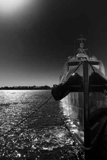 Panele szklane - czarno-biały jacht